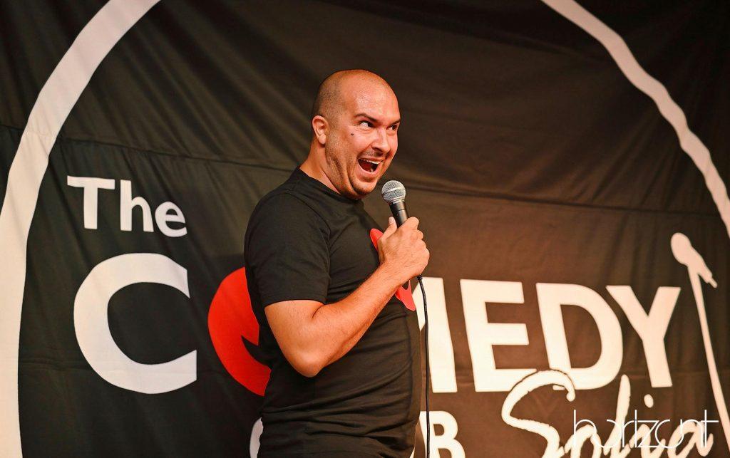 Васил Ножаров на сцената във Варна със стендъп комеди шоуто си. Stand-up comedy
